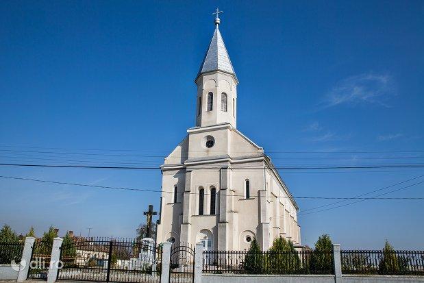 intrare-in-curte-la-biserica-ortodoxa-din-piscolt-judetul-satu-mare.jpg