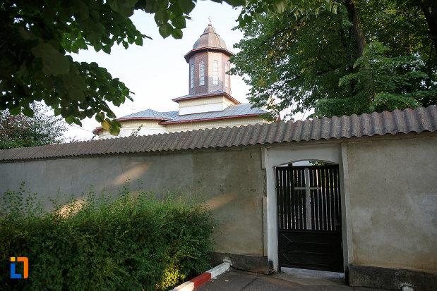 intrare-in-curtea-de-la-biserica-sf-imparati-serdareasa-1835-din-rosiorii-de-vede-judetul-teleorman.jpg
