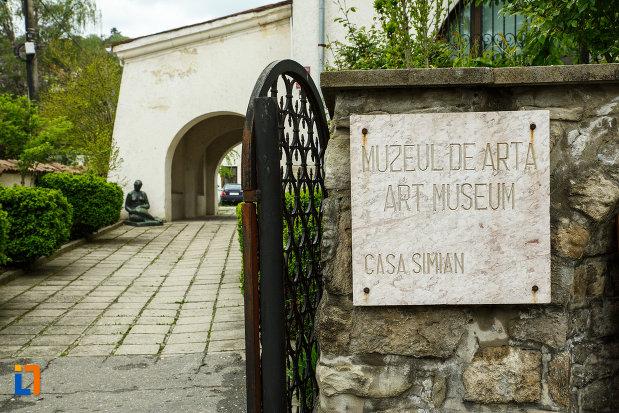 intrare-in-curtea-de-la-muzeul-de-arta-casa-simian-din-ramnicu-valcea-judetul-valcea.jpg