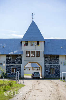 intrare-in-manastirea-portarita-din-prilog-judetul-satu-mare.jpg