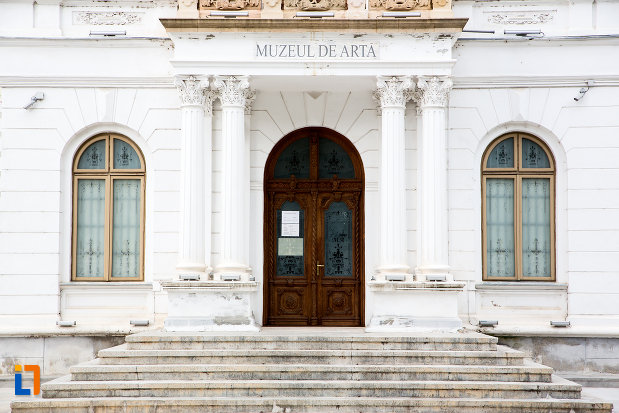intrare-in-muzeul-de-arta-din-targoviste-judetul-dambovita.jpg