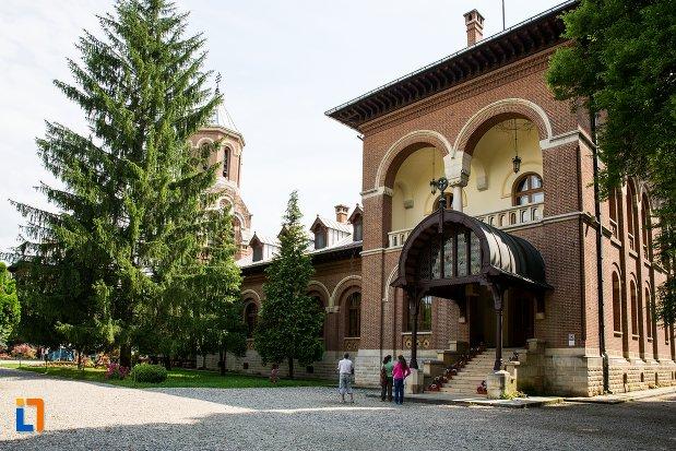 intrare-in-palat-episcopal-ansamblul-manastirea-argesului-din-curtea-de-arges-judetul-arges.jpg