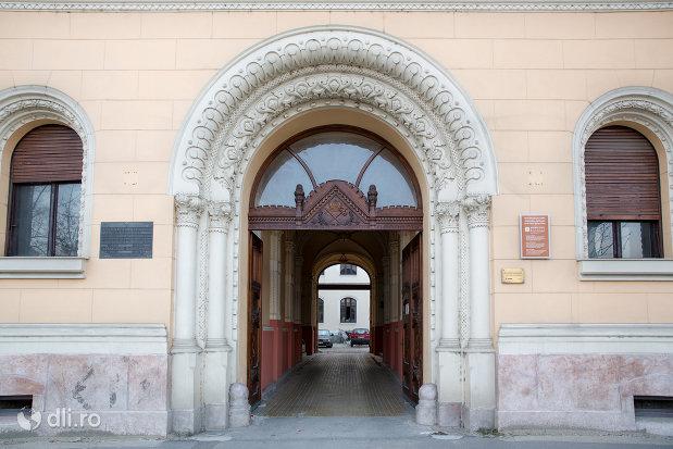 intrare-in-palatul-episcopiei-greco-catolice-din-oradea-judetul-bihor.jpg