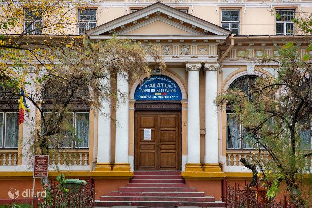 intrare-in-sediul-muzeului-societatii-de-istorie-si-arheologie-azi-palatul-copiilor-si-elevilor-din-oradea-judetul-bihor.jpg