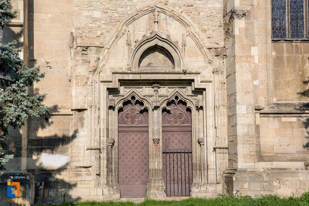 intrare-laterala-in-biserica-sfantul-mihail-din-cluj-napoca-judetul-cluj.jpg
