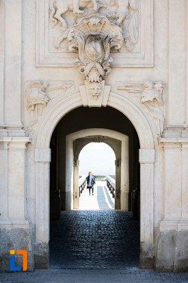 intrare-prin-poarta-a-iii-a-a-cetatii-din-alba-iulia-judetul-alba.jpg