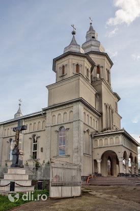 intrare-si-turnuri-de-la-biserica-ortodoxa-din-boinesti-judetul-satu-mare.jpg