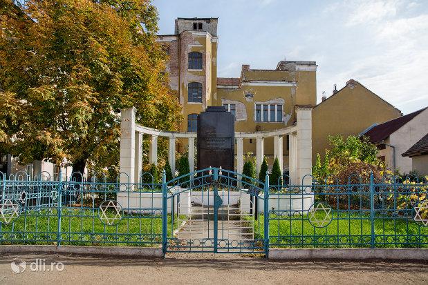 intrare-spre-monumentul-holocaustului-din-oradea-judetul-bihor.jpg