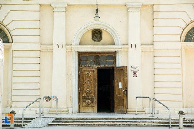 intrarea-de-la-biserica-romano-catolica-din-galati-judetul-galati.jpg