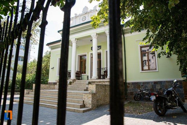 intrarea-de-la-casa-cu-coloane-roset-din-botosani-judetul-botosani.jpg