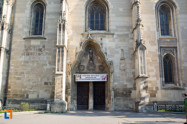intrarea-din-fata-in-biserica-sfantul-mihail-din-cluj-napoca-judetul-cluj.jpg