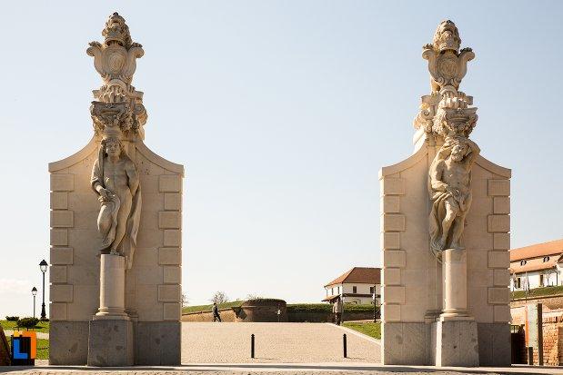 intrarea-din-mijloc-de-la-poarta-a-ii-a-a-cetatii-din-alba-iulia-judetul-alba.jpg