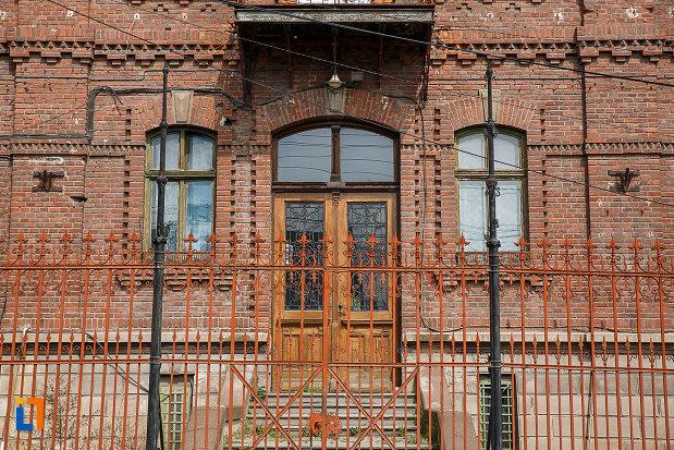 intrarea-in-administratia-uzinelor-de-fier-din-hunedoara-judetul-hunedoara.jpg