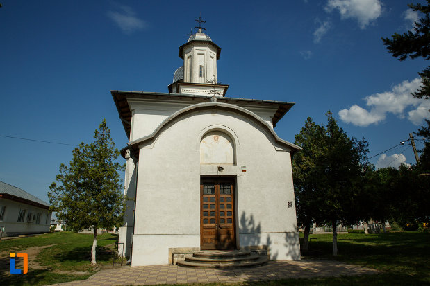 intrarea-in-ansamblul-bisericii-sf-cruce-din-odobesti-judetul-vrancea.jpg
