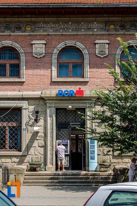intrarea-in-banca-comerciala-romana-din-campulung-moldovenesc-judetul-suceava.jpg