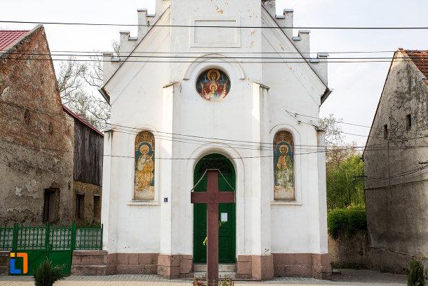 intrarea-in-biserica-adormirea-maici-domnului-din-bocsa-judetul-caras-severin.jpg