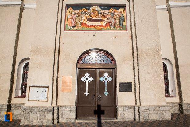 intrarea-in-biserica-adormirea-maici-domnului-din-sacele-judetul-brasov.jpg