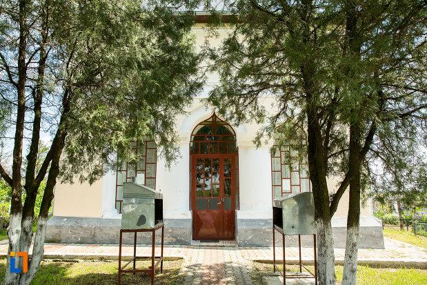 intrarea-in-biserica-adormirea-maicii-domnului-1866-din-teius-judetul-olt.jpg
