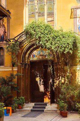 intrarea-in-biserica-adormirea-maicii-domnului-din-brasov-judetul-brasov.jpg