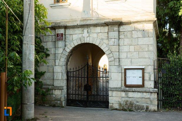 intrarea-in-biserica-adormirea-maicii-domnului-din-buzau-judetul-buzau.jpg
