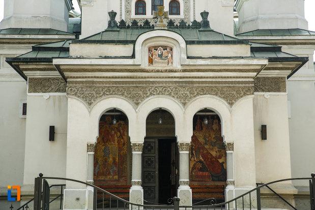 intrarea-in-biserica-adormirea-maicii-domnului-din-dragasani-judetul-valcea.jpg