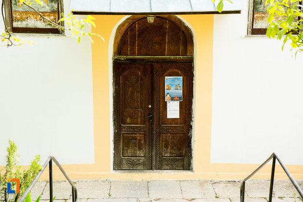 intrarea-in-biserica-adormirea-maicii-domnului-din-orsova-judetul-mehedinti.jpg
