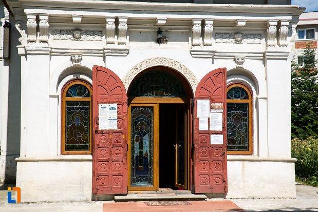 intrarea-in-biserica-adormirea-maicii-domnului-mavrodolu-din-pitesti-judetul-arges.jpg