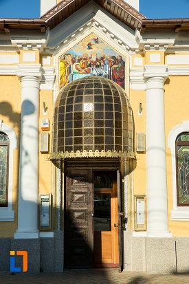 intrarea-in-biserica-adormirea-maicii-domnului-sau-sf-nicodim-biserica-maioreasa-din-drobeta-turnu-severin-judetul-mehedinti.jpg