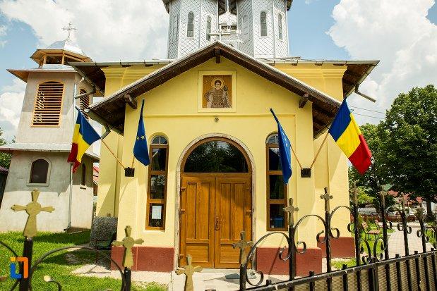 intrarea-in-biserica-buna-vestire-din-patarlagele-judetul-buzau.jpg