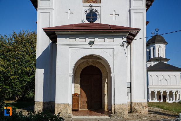 intrarea-in-biserica-casa-parohiala-si-biserica-sf-nicolae-din-campina-judetul-prahova.jpg