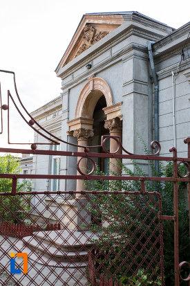 intrarea-in-biserica-crestina-din-calarasi-judetul-calarasi.jpg