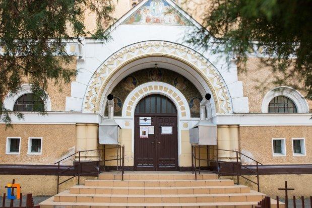 intrarea-in-biserica-cu-doua-turnuri-din-arad-judetul-arad.jpg