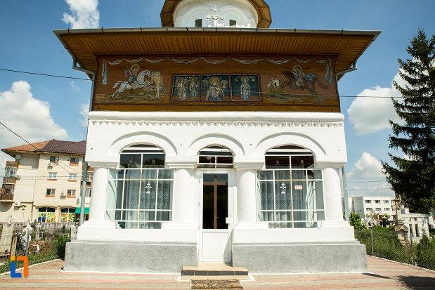 intrarea-in-biserica-cuvioasa-paraschiva-din-scornicesti-judetul-olt.jpg