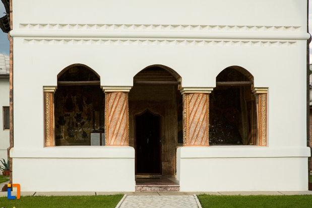 intrarea-in-biserica-de-la-manastirea-clocociov-din-slatina-judetul-olt.jpg
