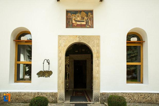 intrarea-in-biserica-de-la-manastirea-tismana-judetul-gorj.jpg