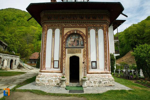 intrarea-in-biserica-de-la-manastirea-turnu-din-pausa-judetul-valcea.jpg