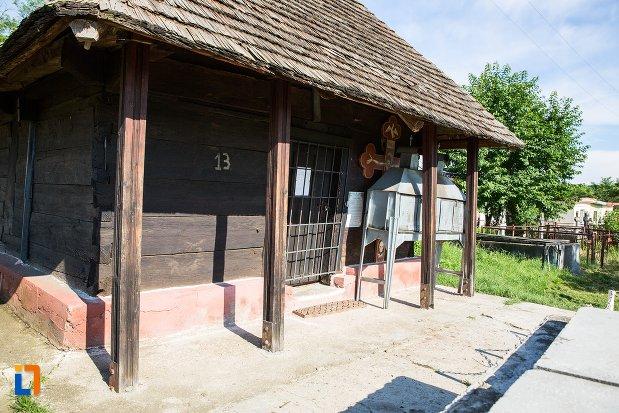 intrarea-in-biserica-de-lemn-din-costesti-judetul-arges.jpg