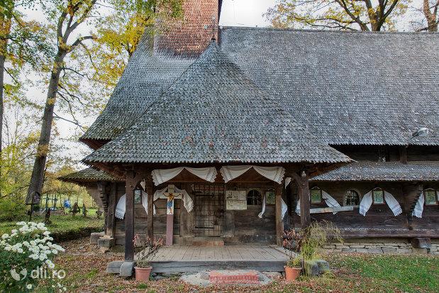 intrarea-in-biserica-de-lemn-din-harnicesti-judetul-maramures.jpg