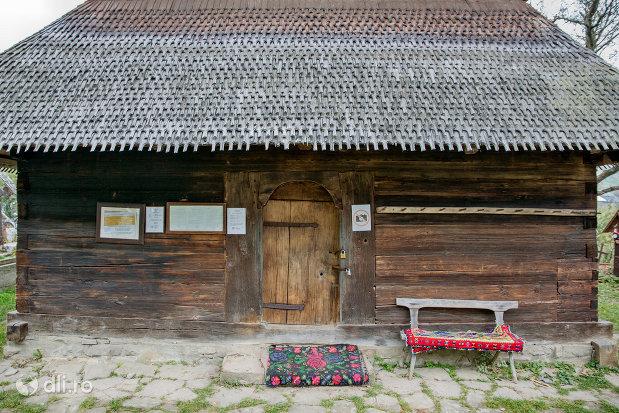 intrarea-in-biserica-de-lemn-din-ieud-judetul-maramures.jpg