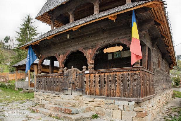 intrarea-in-biserica-de-lemn-sf-arhangheli-din-borsa-judetul-maramures.jpg