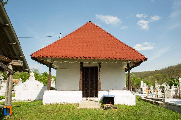 intrarea-in-biserica-de-lemn-sf-nicolae-stefanesti-din-targu-carbunesti-judetul-gorj.jpg