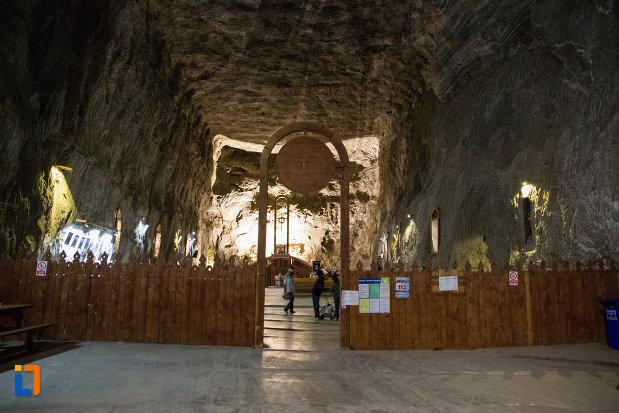 intrarea-in-biserica-din-salina-praid-judetul-harghita.jpg