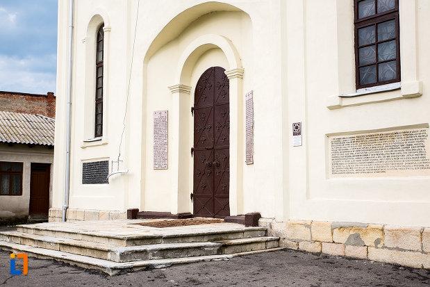 intrarea-in-biserica-domneasca-sf-vineri-din-campulung-muscel-judetul-arges.jpg