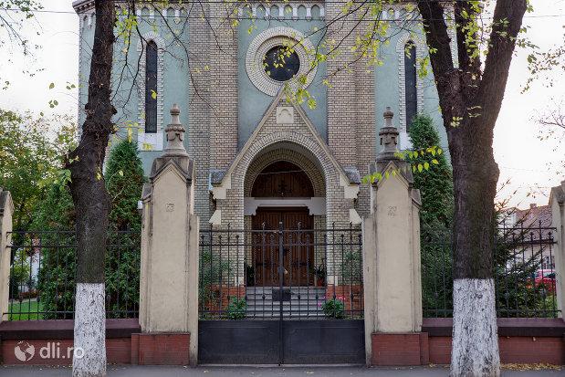 intrarea-in-biserica-evangelica-din-oradea-judetul-bihor.jpg