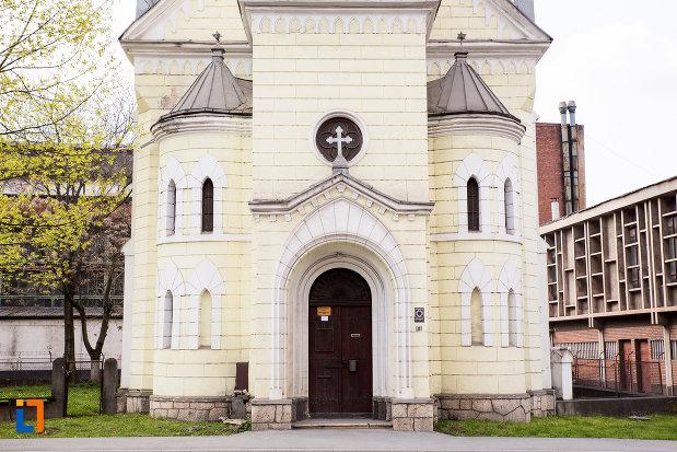 intrarea-in-biserica-evanghelica-ca-din-reia-judetul-caras-severin.jpg