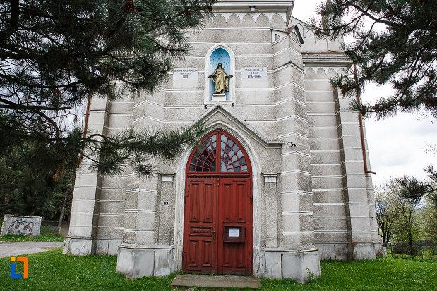intrarea-in-biserica-evanghelica-din-petrosani-judetul-hunedoara.jpg