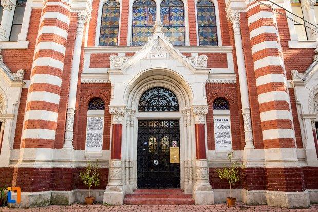 intrarea-in-biserica-evreiasca-din-brasov-judetul-brasov.jpg
