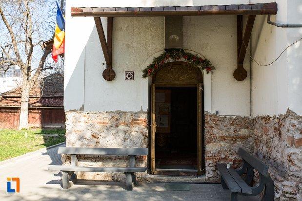 intrarea-in-biserica-greaca-bunavestire-din-alba-iulia-judetul-alba.jpg