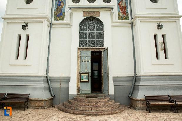 intrarea-in-biserica-grecescu-din-drobeta-turnu-severin-judetul-mehedinti.jpg