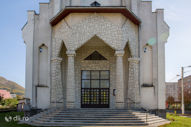 intrarea-in-biserica-greco-catolica-din-baia-sprie-judetul-maramures.jpg